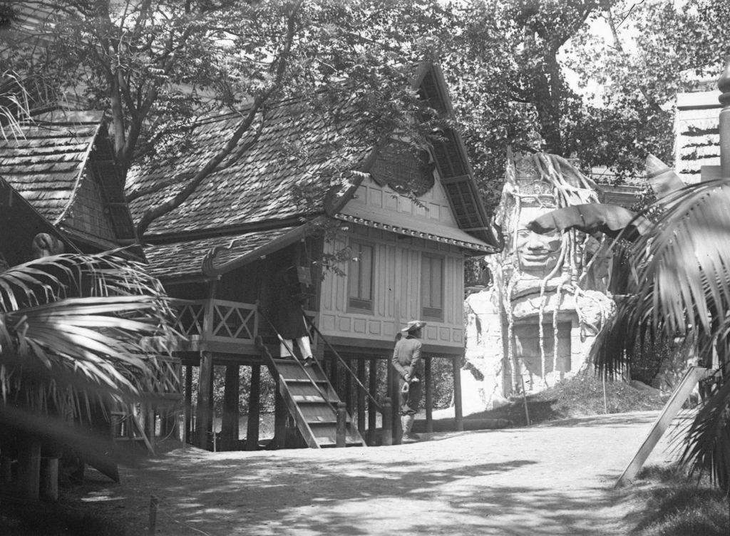 Maison laotienne, statue bouddhique monumentale