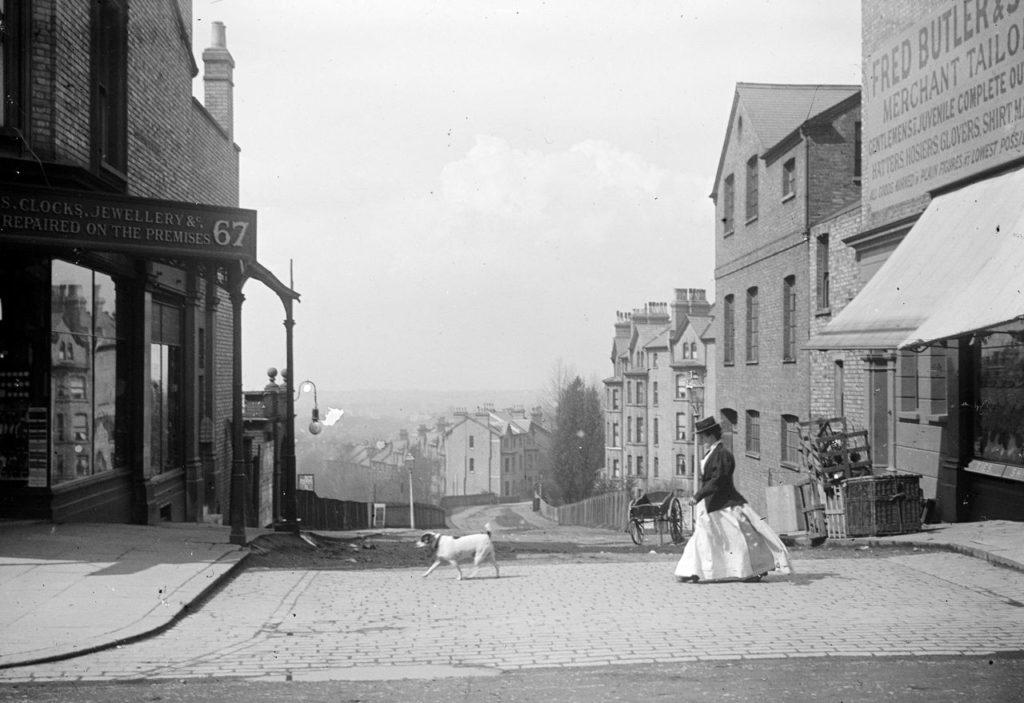 Promeneuse et chien traversant une rue