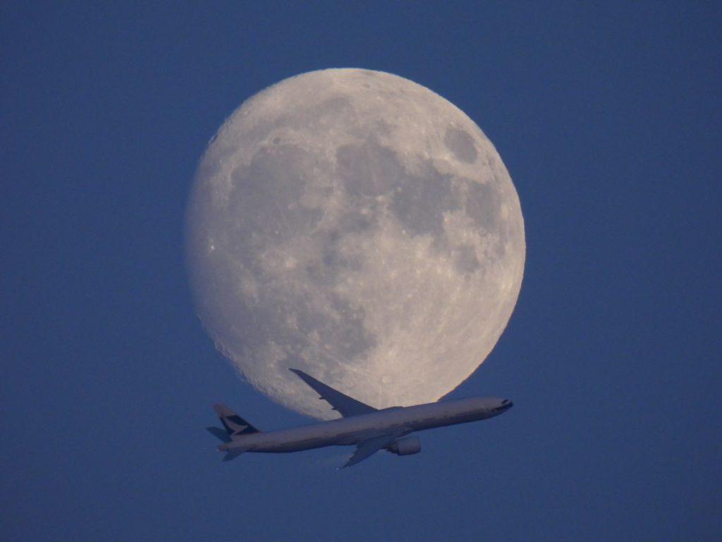 Lune et avion de ligne